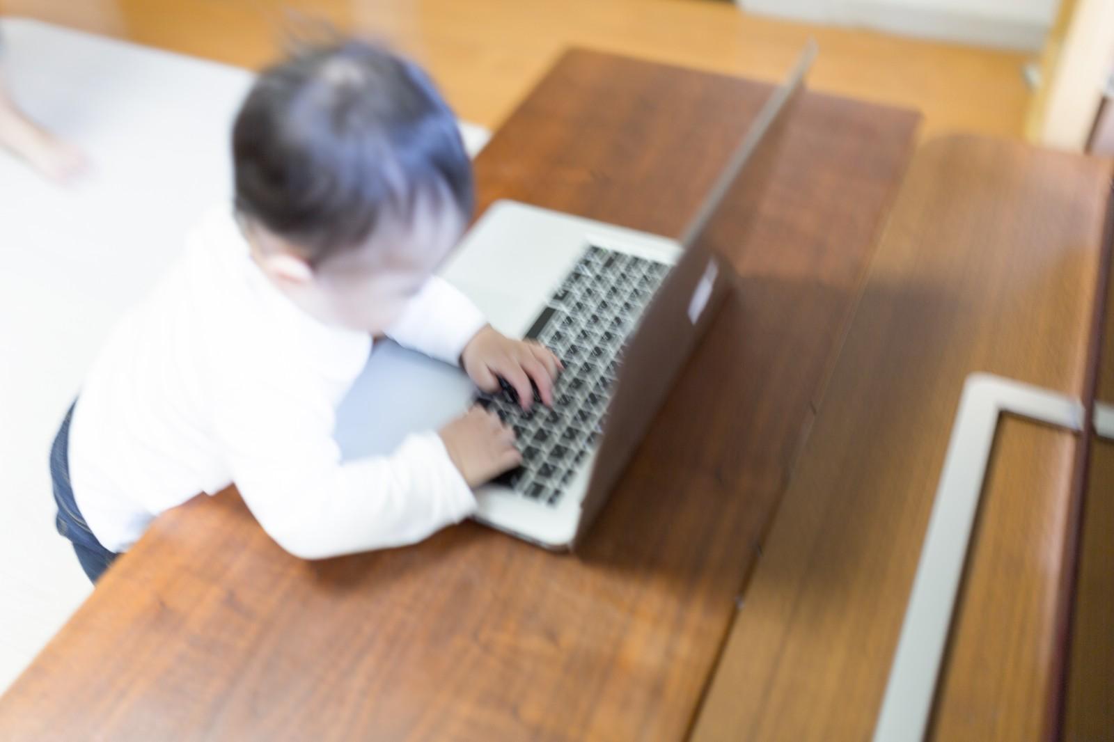 在宅でバリバリ仕事する赤ちゃん